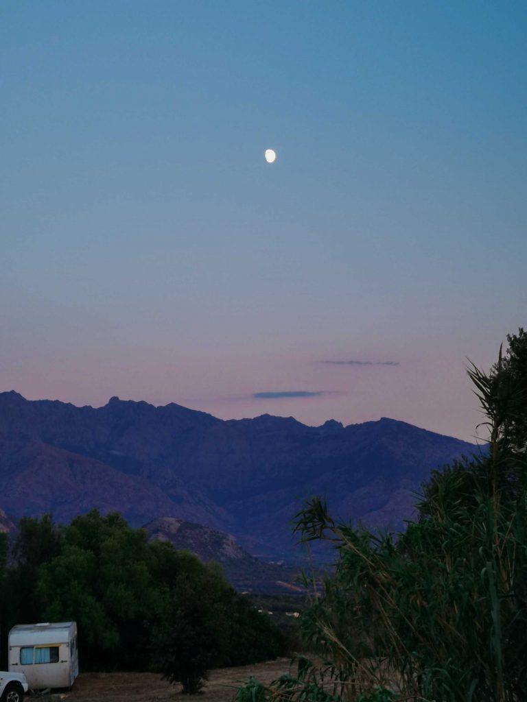 montagne, ciel rose et lune