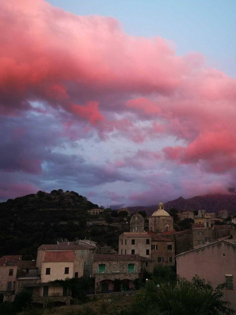 village perché et ciel rose