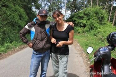 À nouveau, on me réclame une photo ! J'adore poser avec des inconnus... :D Pays Toraja, Sulawesi, Indonésie. Juillet 2010.