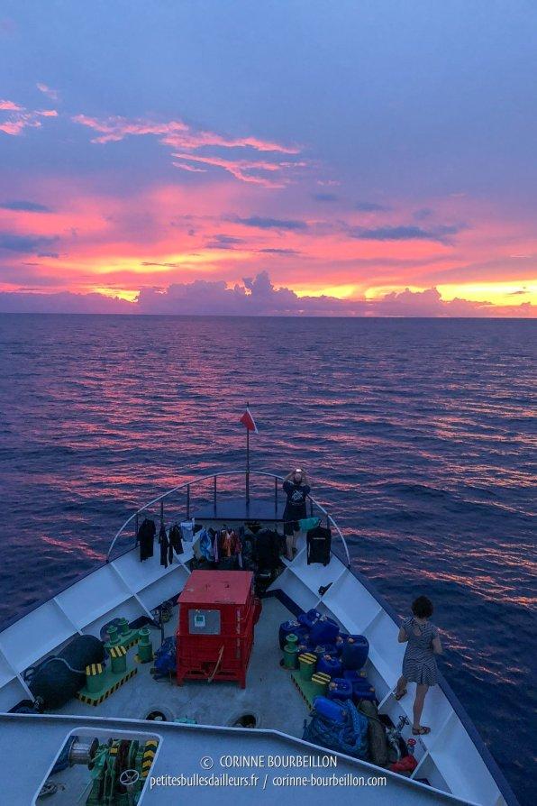 Le soleil embrase l'horizon. (Tubbataha, Philippines, mai 2018)