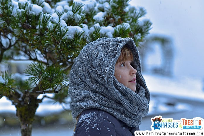 enfant qui est dans la nature en hiver