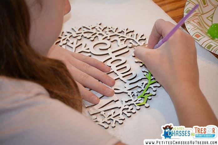 Un enfants colorie un motif en volume