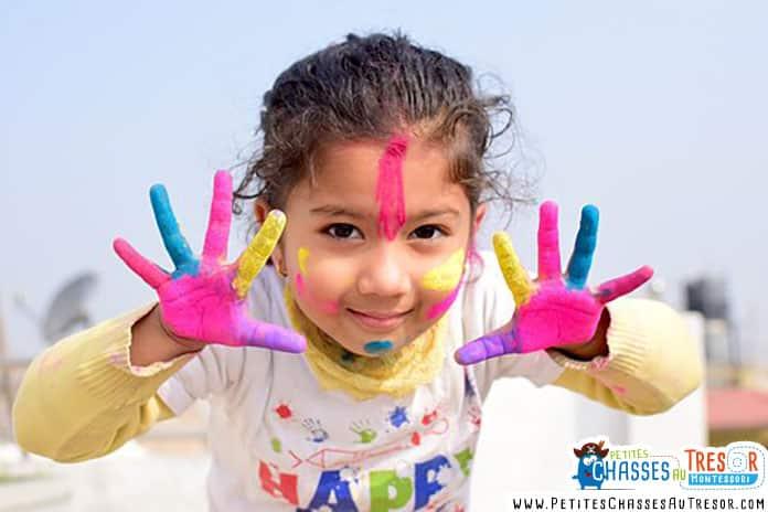un petit fille plein de peinture