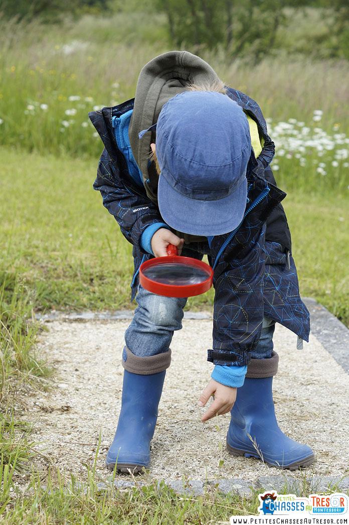 un enfants observe le monde environnemental