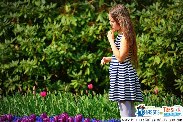 une enfant observe la nature