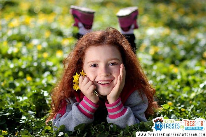 petite fille dans l'herbe