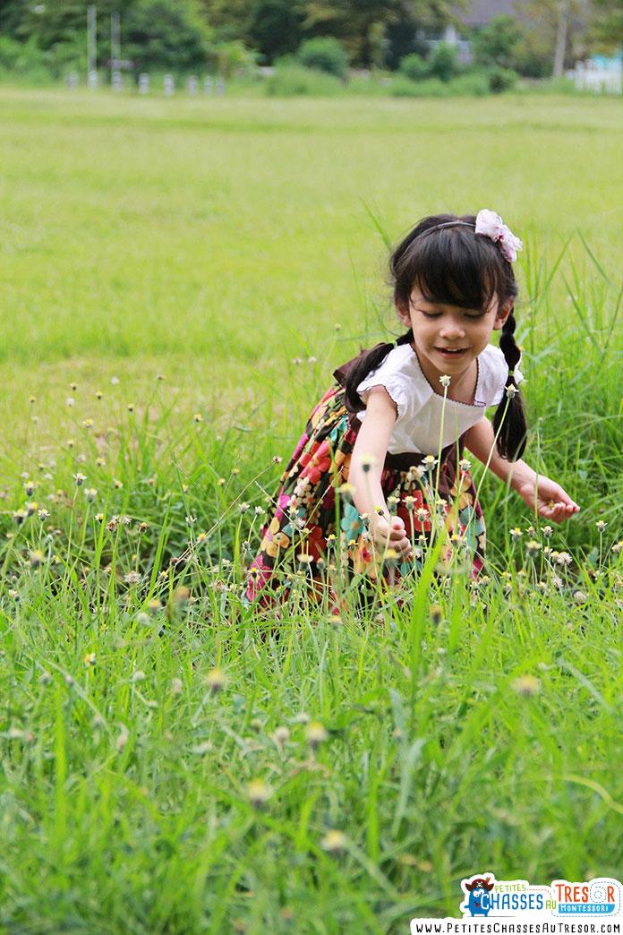 un petite fille qui prend soin de la nature