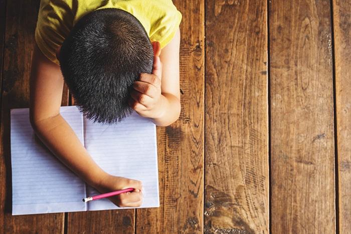 Enfant qui écrit une histoire