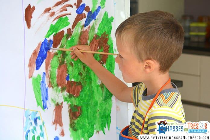 Enfant qui fait de la peinture