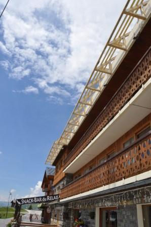 Casquette du 3ème niveau destiné à abriter le dessous, isoler l'accrotère et supporter des panneaux solaires