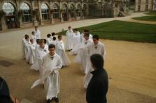 Entrée dans l'église pour la messe (La Chapelle Montligeon)