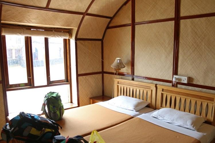 chambre d'un houseboat alleppey kerala en famille