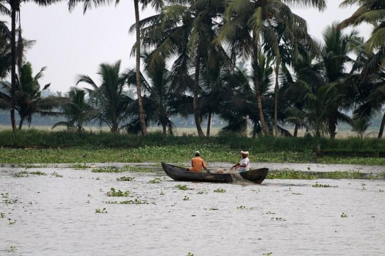 pêcheurs sur les canaux du kerala