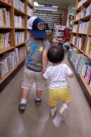 Enfants dans bibliothèque, photo de Yoshiyasu Nishikawa (CC BY-NC-ND 2.0)