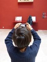 enfant prend une photo exposition pour apprendre, photo de Cité de l'architecture et du patrimoine (CC BY-NC-ND 2.0)