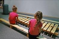 enfants jouant dans une exposition activité pour être ensemble, photo de Jean-Pierre Dalbéra (CC BY 2.0)