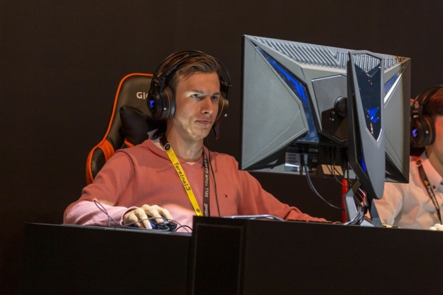 adulte jouant jeux vidéo, photo de Marco Verch (CC BY 2.0)