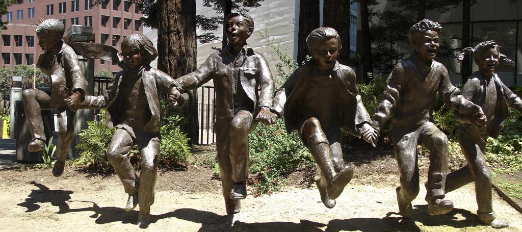statue enfants jouant ensemble, photo de Babak Fakhamzaeh (CC BY-NC 2.0), sculpture de Glenna Goodacre, 1989, Redwood Park, San Francisco