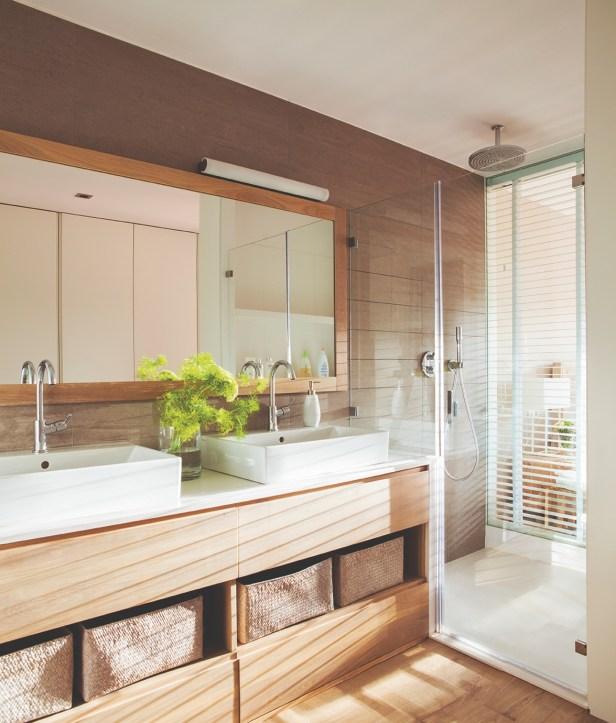 Combinação de piso branco + revestimento amadeirado na área molhada.