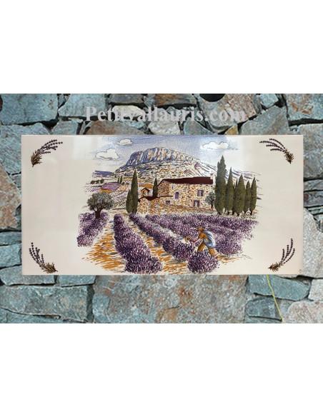 fresque ceramique modele sur grand carreau rectangulaire decor paysage provencal et recolte des lavandes sur fond blanc brillant