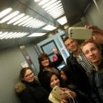 Met een paar leerlingen in de lift