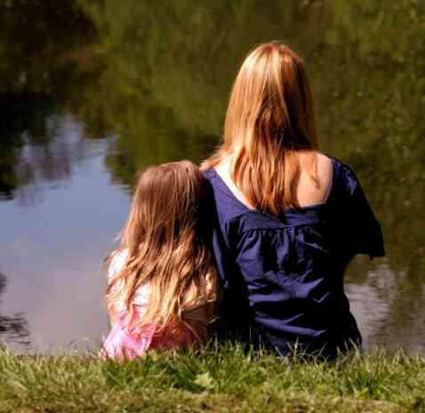 mamma och barn vid vatten beskuren