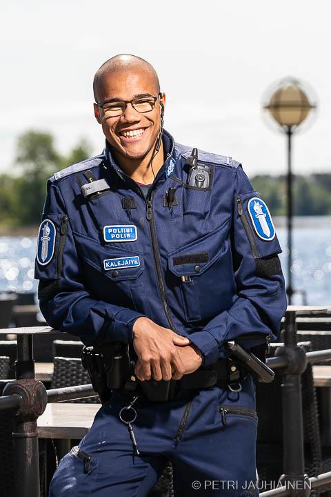 Kuopiolainen poliisi Daniel Kalejaiye valokuvaaja Petri Jauhiainen