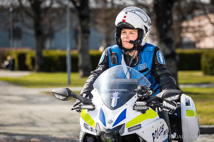 PrMoottripyöräpoliisi Sari Hukkanen valokuvaaja Petri Jauhiainen