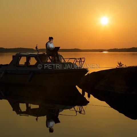 Etätöissä matkaveneessä valokuvaaja Petri Jauhiainen