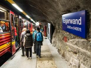 Jedna ze dvou podzemních zastávek uvnitř Eigeru