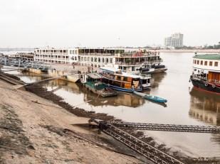 Lodní doprava říční, zde řeka Tonlé Sap