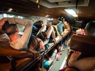 I noční lehátkový autobus jsme vyzkoušeli, tento konkrétně jel ze Sihanoukville do Siem Reap. Vhodné to pro Asiaty do 160 cm výšky, ale ne pro dva Evropany měřící 190 a 180 cm - příšerný zážitek. Navíc mi tam personál ukradl z batohu telefon!