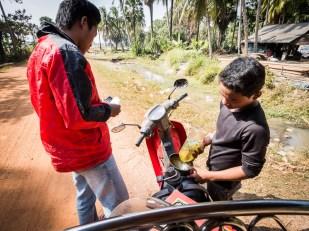 I tuktuk je potřeba krmit. Takto vypadá benzínka na venkově.