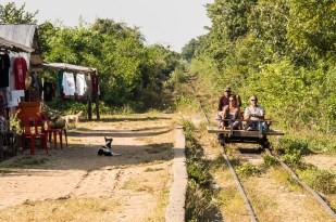 Bamboo train, dříve běžný způsob přepravy mezi místními, dneska už jen turistická atrakce. Plošina z bambusových tyčí, dvě dvojkolí a malý motor. Pohodlné to rozhodně není, viz předchozí fotka.