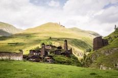 Vesnice Dartlo s pevností Kvavlo v pozadí na kopci