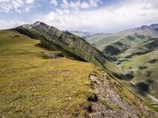 V sedle Nakle a pohled do údolí Pirikiti