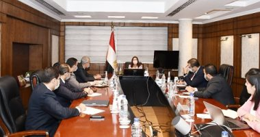 """صورة وزيرة التخطيط تتابع مع رئيس """"الشراء الموحد"""" تنفيذ 6 مخازن أدوية"""