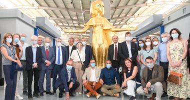 أكثر من 20 سفير يزورون مصنع المستنسخات الأثرية.. صور