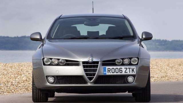 Alfa Romeo 159 off-centre number plate