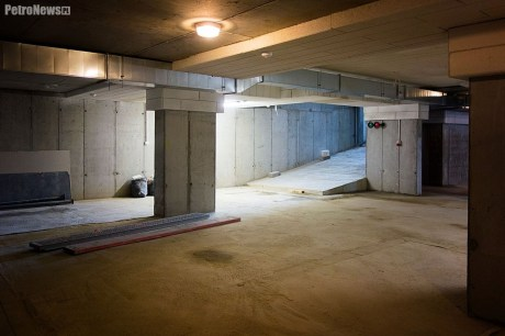 Podziemna hala parkingowa posiada sygnalizację świetlną, zwiększającą bezpieczeństwo ruchu