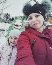 Ulepiłam z córką Julką takiego śmiesznego bałwana. Po zdjęciach widać że córce się podobało