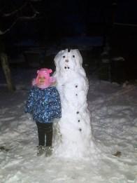 Bałwanek mojej córeczki Mai. Mimo choroby, musiałyśmy wyjść i ulepić bałwana, bo dzień, gdy pada śnieg, a nie ma bałwana, to dzień stracony dla dziecka. Iwona Jakobiak