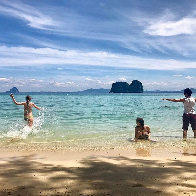 Kids on the beach 🌊 #thailand #kohngai #beach #beachgirls #vscocam #picoftheday #bluesky #nomadstories #throwback #vscothailand