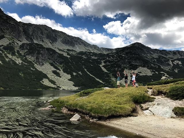 Drafted #August – an afternoon yoga session at the lake next to one of the most beautifully located mountain huts in Bulgaria. Followed by fresh salads (those tomatoes!) and 🍻 in the sun. And the brutal realization that the last time I saw the Granchar lake was exactly 20 years ago. #Bulgaria #mountains #mountainlake #nomadstories #drafted2017