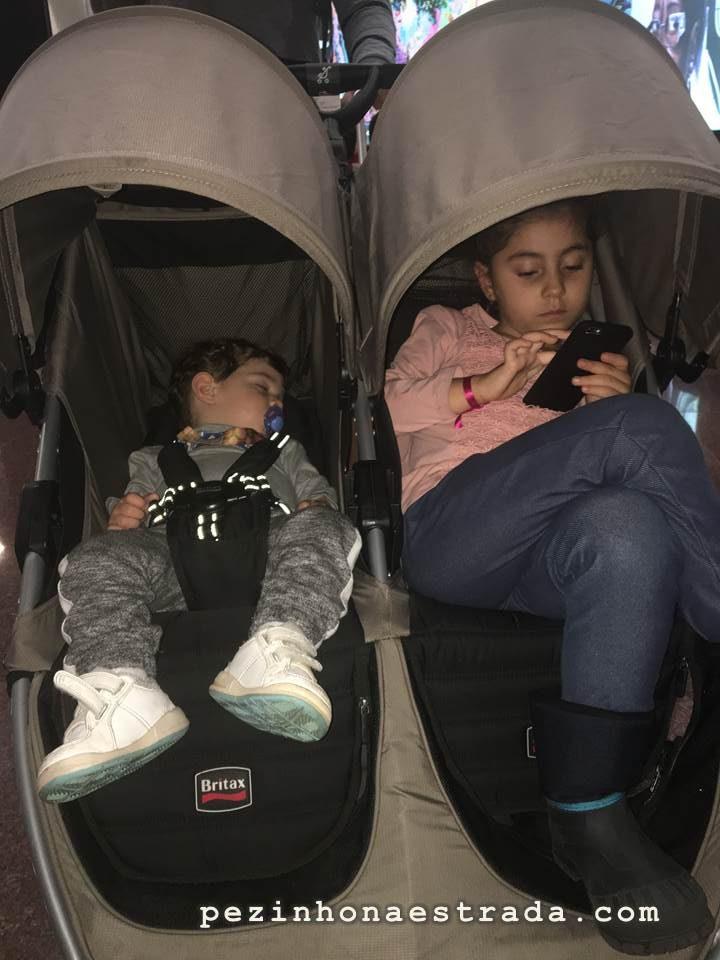 As crianças no carrinho duplo, enquanto aguardávamos embarque em Guarulhos. Esse carrinho é uma mão na roda.