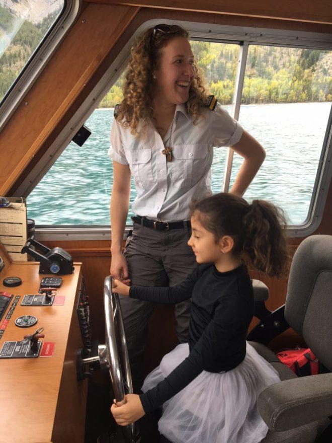 A Bela amando ser a capitã do nosso barco