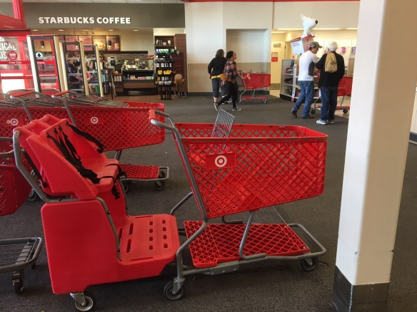 O carrinho de compras que você respeita... Com espaço para guardar seu carrinho de bebê dobrado, cadeiras com cinto de segurança para as crianças e bastante espaço para colocar as compras