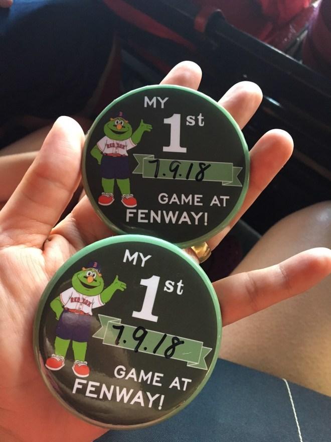 As crianças ganharam botons comemorativos por estarem visitando o Fenway Park pela primeira vez. Boston.