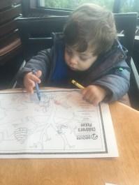 O restaurante tinha menu infantil e material para colorir.