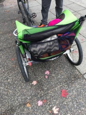 O bolsão atrás do bike trailer (cabe um montão de coisas)